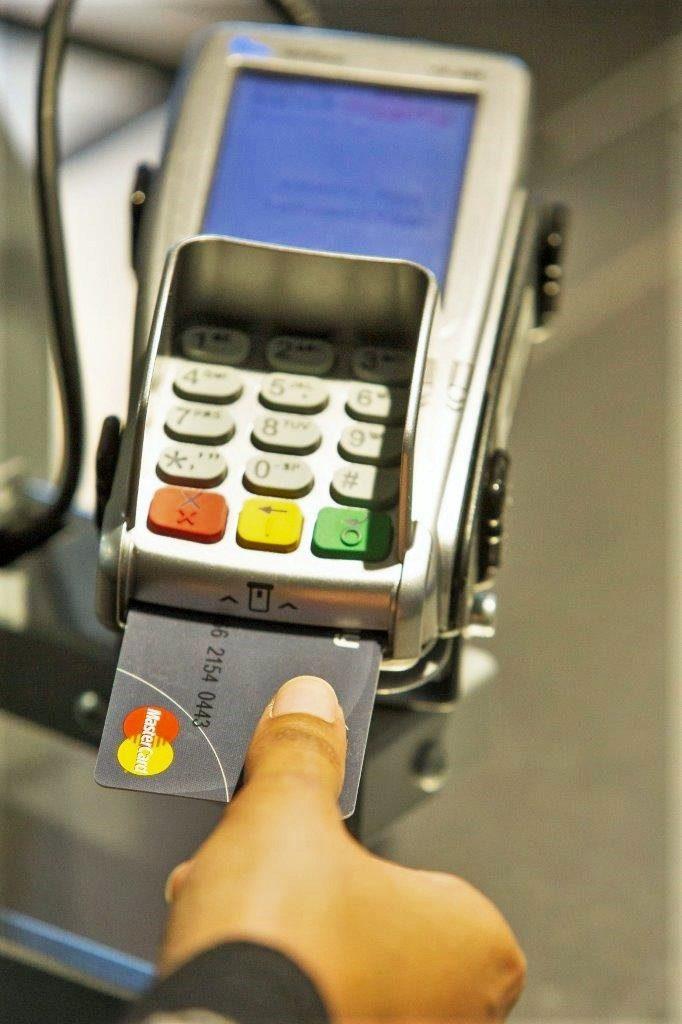 zasunutí debetní nebo kreditní karty Mastercard do platebního terminálu