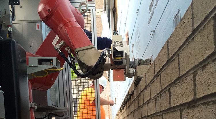 Obrázek: Robotický dělník SAM staví zdi z cihel. Za den udělá 5x více práce, než člověk
