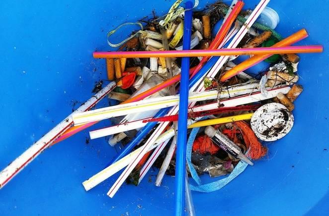 Obrázek: Do boje s odpadem: Uvalíme daň na plastová brčka?