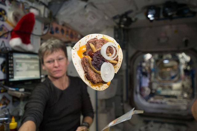 Obrázek: Jak těžké je upéct chleba ve vesmíru? Drobky by mohly způsobit katastrofu