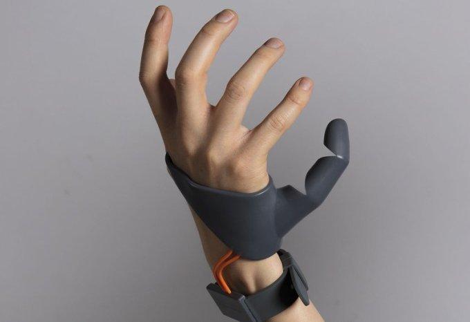 Obrázek: Díky robotické protéze mohou mít lidé 6 prsů a 2 palce na jedné ruce