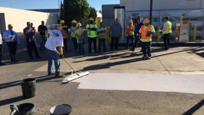 Obrázek: V Los Angeles natírají silnice speciální barvou, sníží tak teplotu města