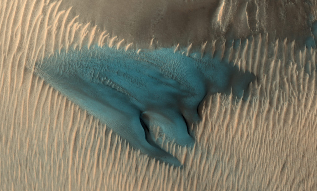 Obrázek: Rudá či modrá planeta? NASA zveřejnila fotografie fascinující modré duny na Marsu