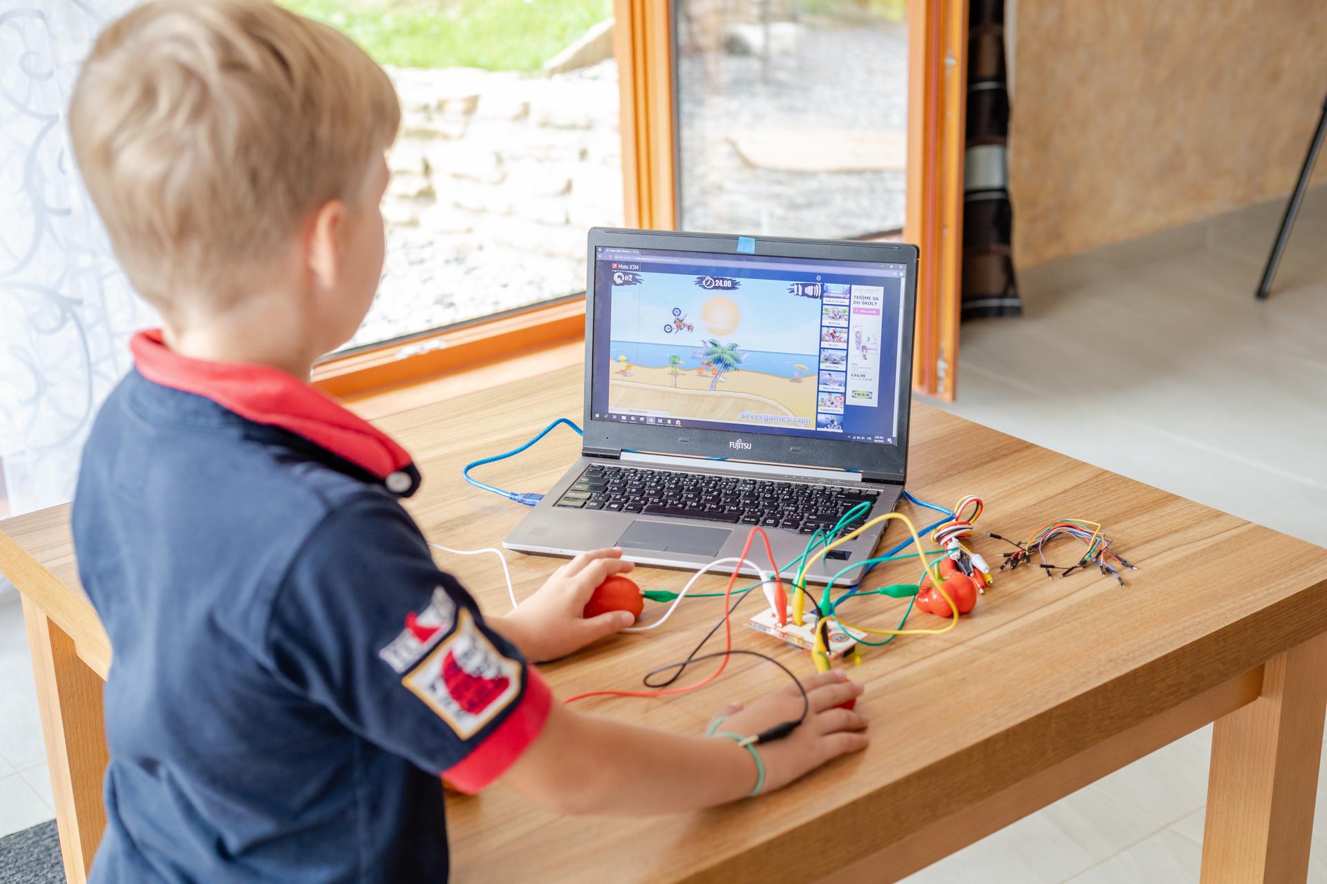 Obrázek: Piano z banánů? Chytrá sada pro ovládání počítače učí děti základy elektrotechniky