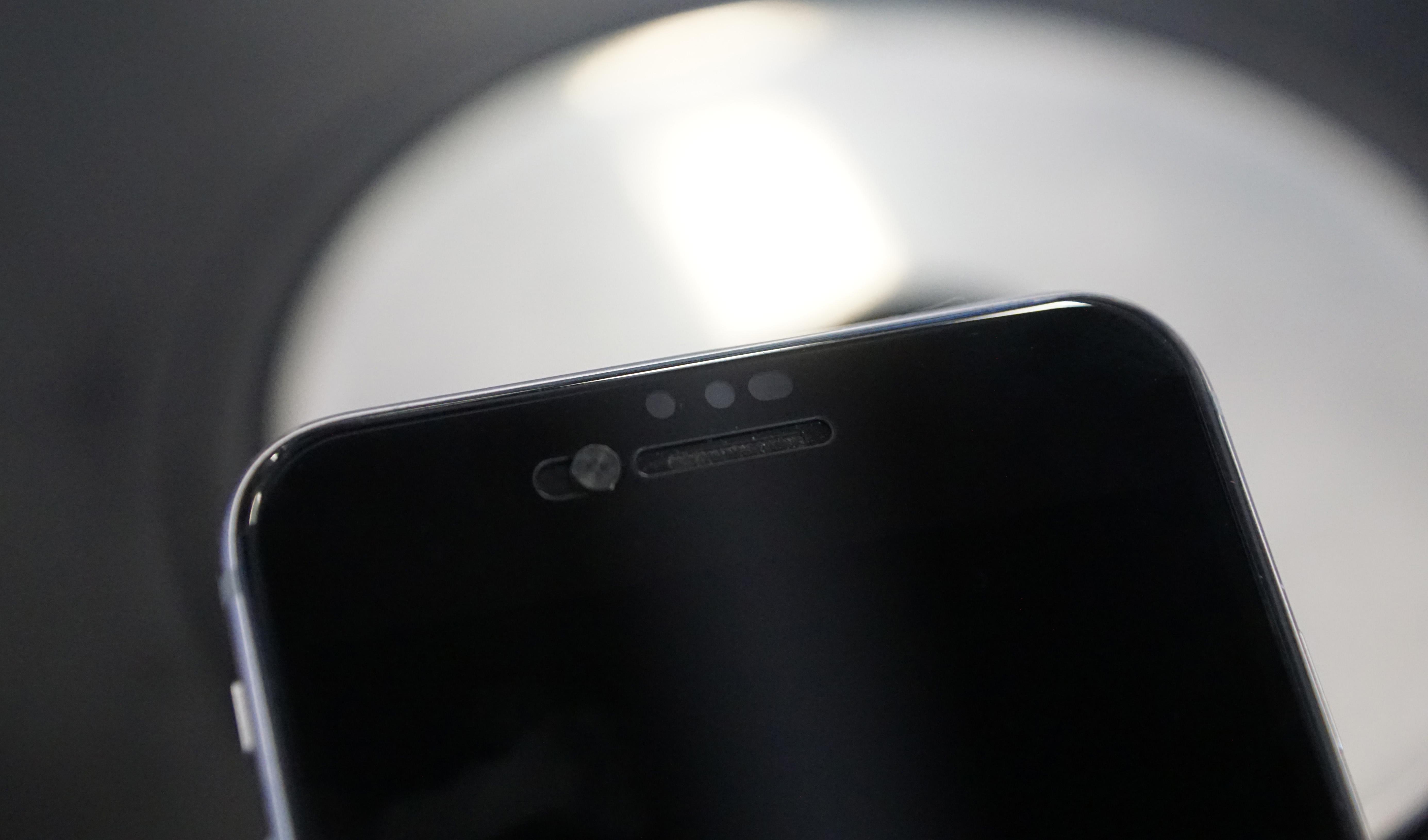 Obrázek: Chytré sklo ke smartphonu chrání před čumily a umí zakrýt přední čočku fotoaparátu