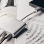 Obrázek: Jak zároveň nabíjet smartphone a poslouchat hudbu s drátovými sluchátky, když chybí konektor?