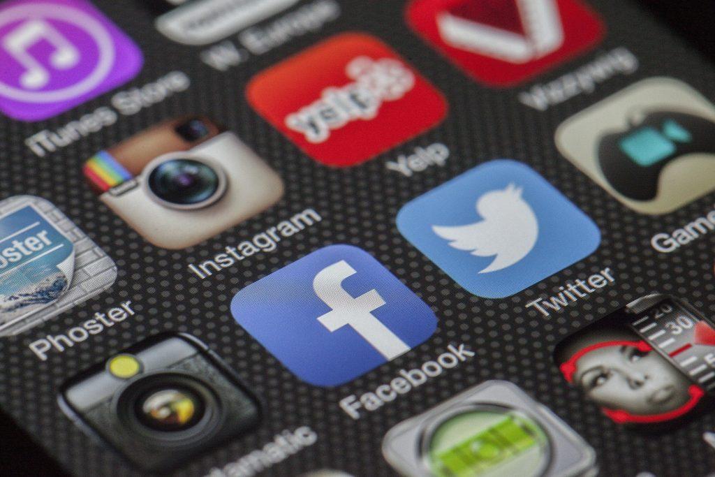 Obrázek: Twitter vs Donald Trump. Jak se sociální síť staví k blokování účtů politiků?