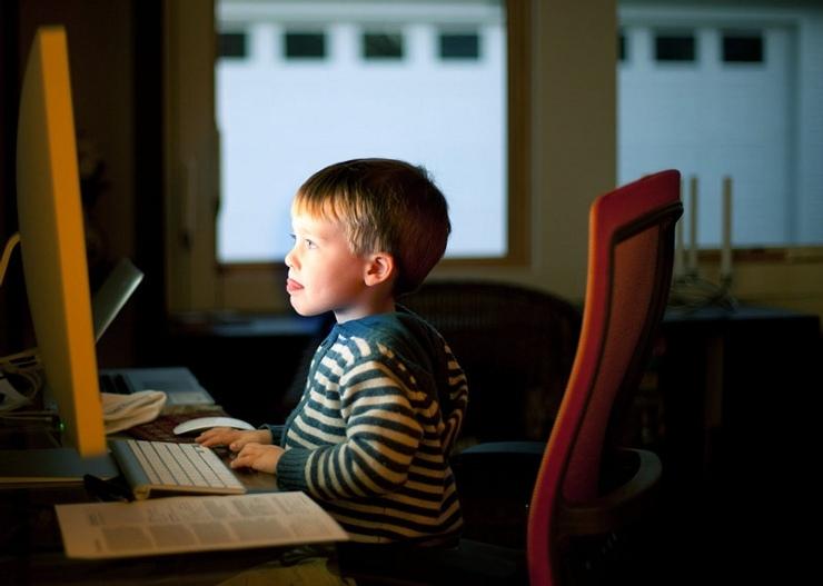 Obrázek: Nebezpečí na českém internetu: Utrácení peněz i kyberšikana cílící na děti, pomoci musí rodiče