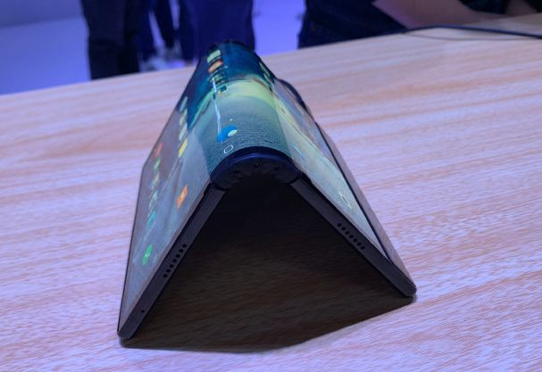 Obrázek: Ohnete a máte smartphone, narovnáte a je z něj tablet: Ohebné smartphony jdou do prodeje