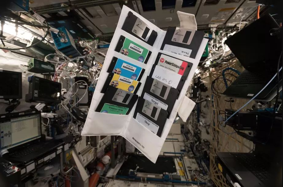 Obrázek: Na Mezinárodní vesmírné stanici leží spousty starých počítačových disket. Kdo je stále využívá?