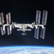 Obrázek: Přes 60 let posíláme odpad na oběžnou dráhu: Vesmírná stanice ISS musela uhnout vesmírnému smetí