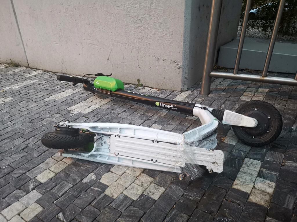 Obrázek: Lime chce zajistit, aby uživatelé nejezdili na elektrických koloběžkách po chodníku