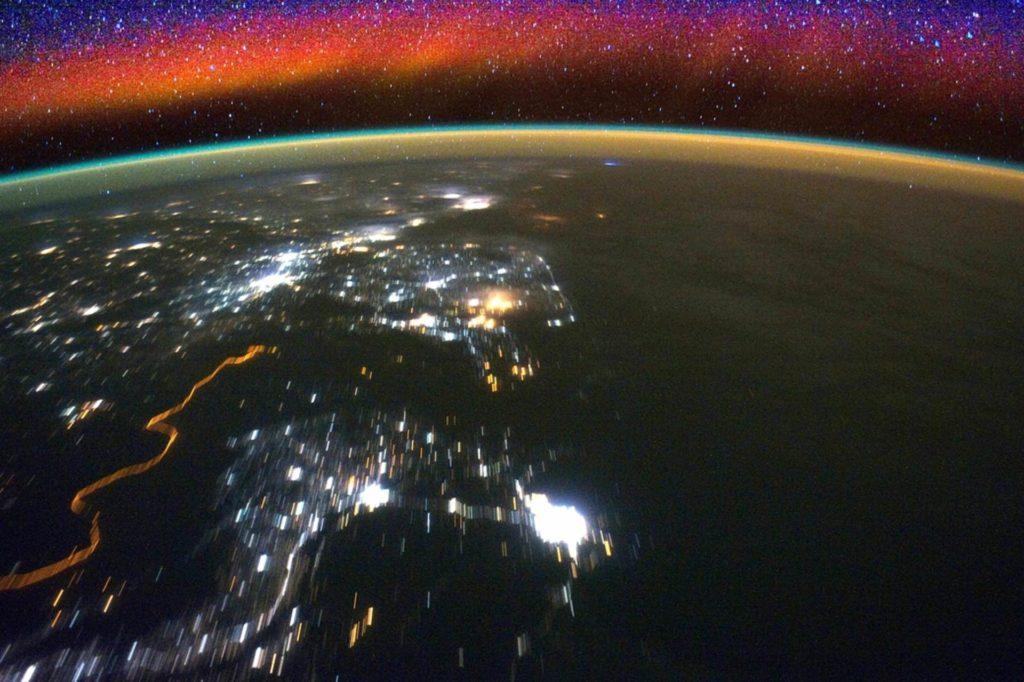 Obrázek: Oranžová planeta: Záběry z ISS ukazují krásu zářící atmosféry Země