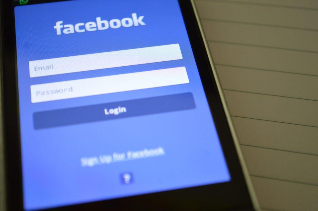 Obrázek: Přihlásit se na Facebook můžete i po zadání špatného hesla. Jak je to možné?