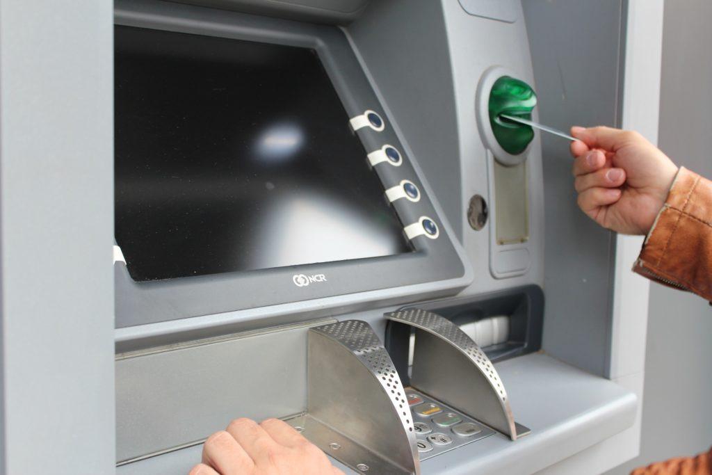 Zasunutí platební karty Visa do bankomatu