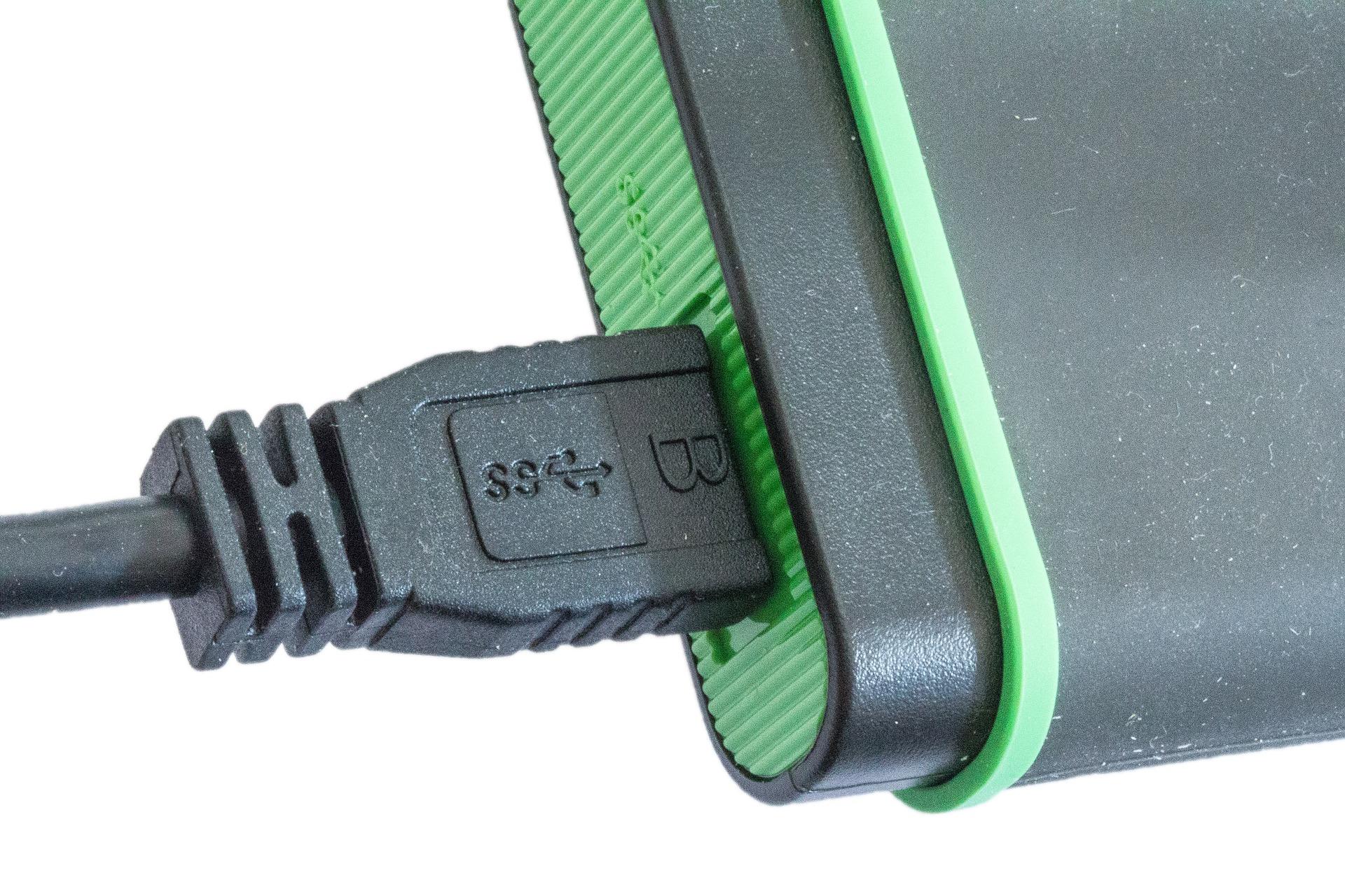 Obrázek: Proč není USB-A oboustranné? Protože je levné