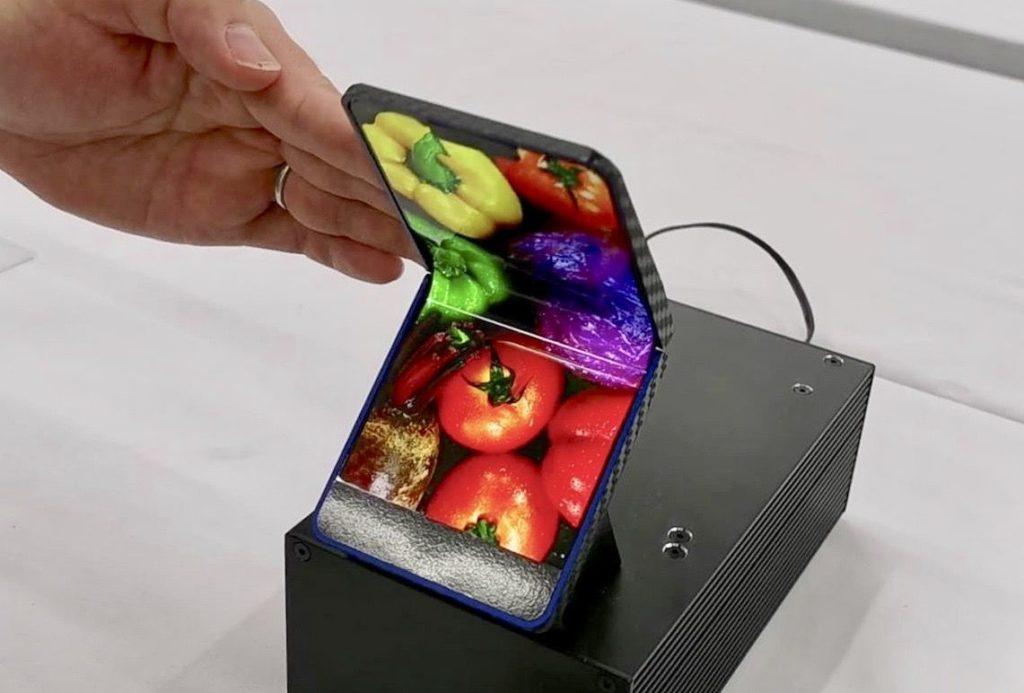 """Obrázek: Ohebný telefon od Sharp se podobá starým """"véčkům"""" a Game Boy"""
