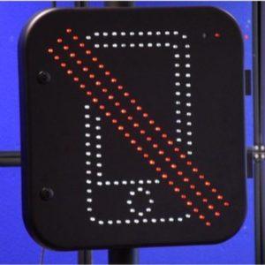Obrázek: Telefon za volant nepatří. Policie testuje detektor používání mobilů během jízdy