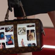 Obrázek: Kabelka firmy Louis Vuitton má dva ohýbatelné AMOLED displeje. Proč? Těžko říct