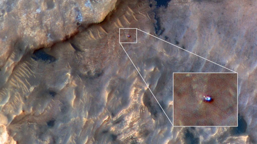 Obrázek: Skvělý snímek Curiosity z oběžné dráhy Marsu: Sonda NASA vyfotila vozítko obklopené náročným terénem