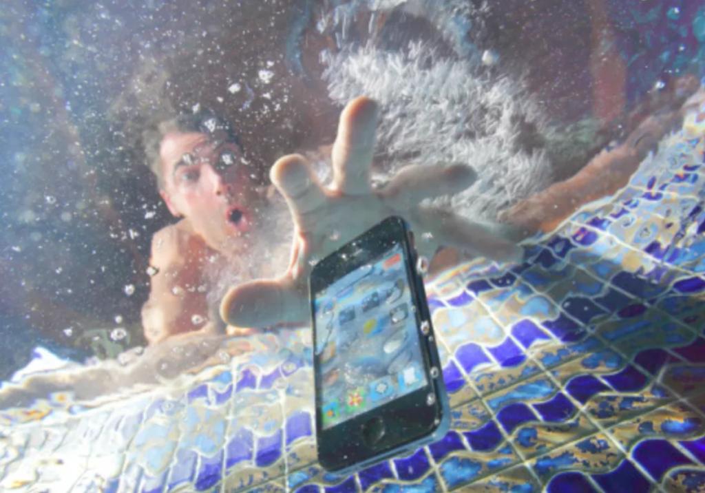Mobil spadlý do bazénu