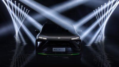 Zadní a přední pohled na SUV firem NIO a Razer