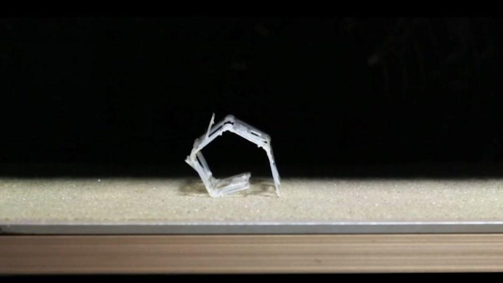 Obrázek: Roboti z měkkých materiálů mění tvar na horkém povrchu, jejich cílem bude vesmír
