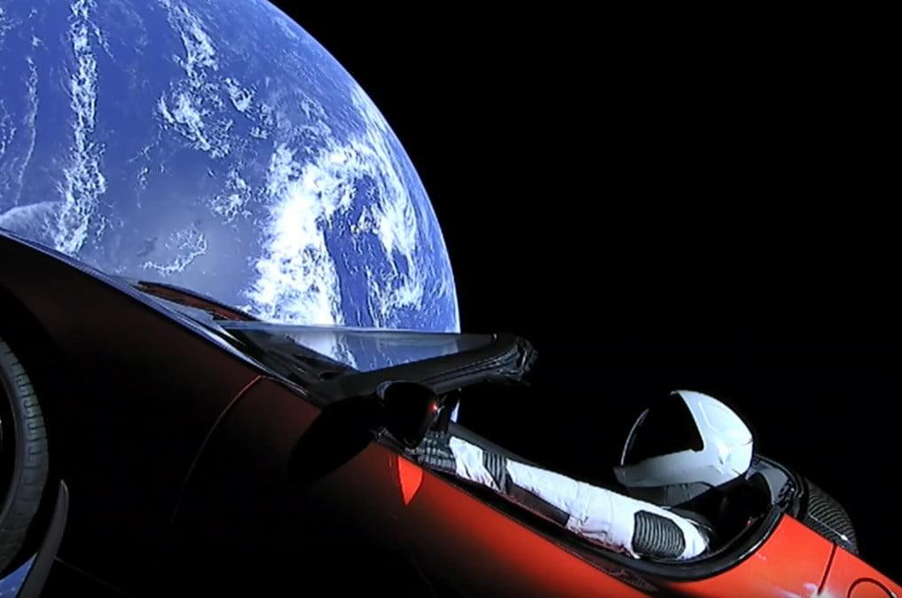 Obrázek: Elektromobil Tesla vyslaný do vesmíru Elonem Muskem může narazit do Země