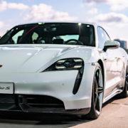 Obrázek: Jak se Porsche a Tesla předjíždí na Nürburgringu – velektrických autech