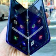 Obrázek: Buďte opatrní na Galaxy Fold, radí Samsung uživatelům. Ohebné mobily chtějí čas