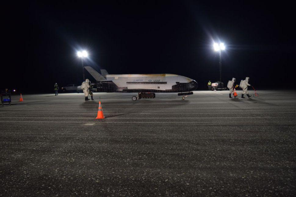 Obrázek: Vojenský raketoplán přistál po 780 dnech ve vesmíru: Nebe už pro letectvo USA nepředstavuje hranici