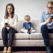 Obrázek: Závislost na mobilu a jak se jí zbavit? Dříve jsme na telefonech trávili 18 minut denně, dnes jsou to hodiny