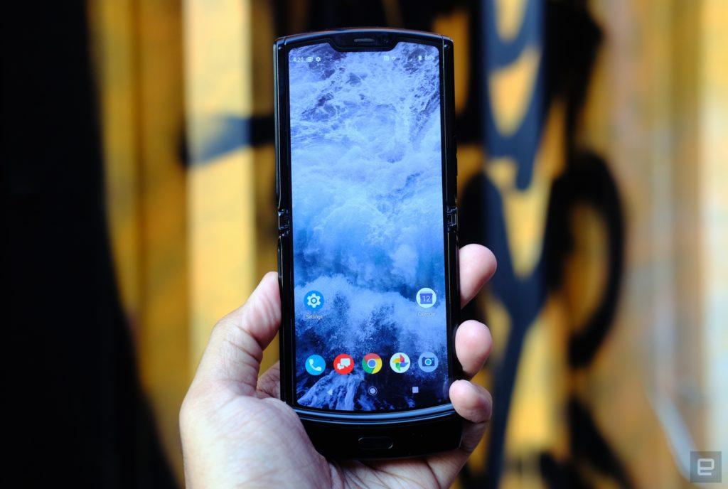 Obrázek: Véčko se vrací? Ohebné telefony zvěstují návrat flip designu, Motorola RAZR je první vlaštovkou