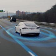 Obrázek: Autopilot Tesly si na dálnici plete skvrny na silnici s dělicí čárou