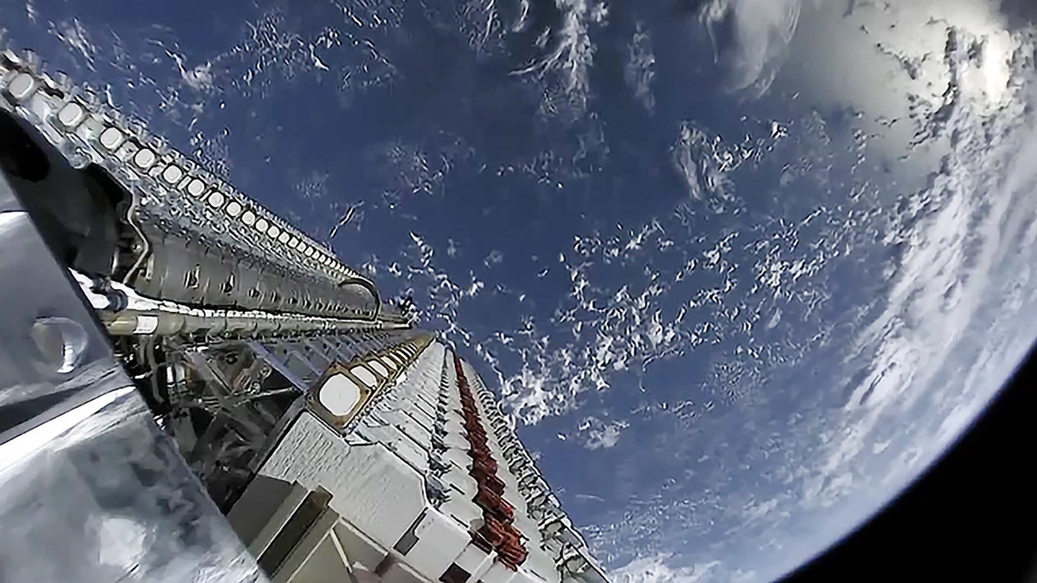 Obrázek: SpaceX dál posílá satelity do vesmíru, bude jich 42 tisíc. Co to znamená pro pozorování vesmíru?