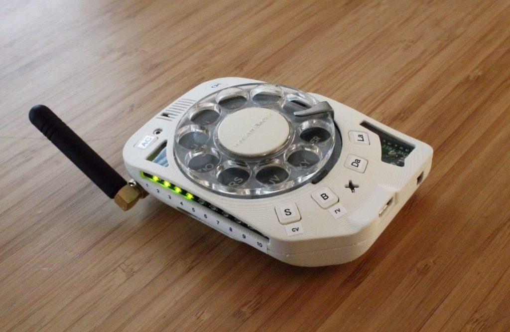 Obrázek: Telefon z alternativní budoucnosti: Kutilka vyrobila funkční retro mobil s vytáčecím ciferníkem