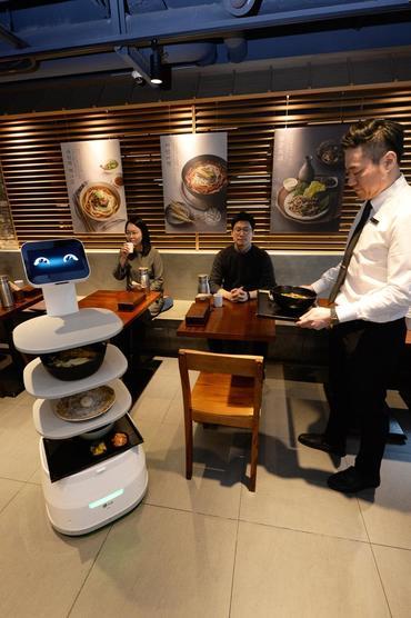 Obrázek: LG testuje robotického číšníka, zákazníkům přinese jídlo vždy súsměvem
