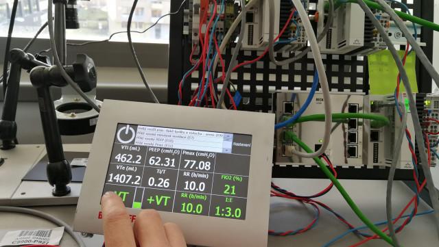 Obrázek: CoroVent: Čeští inženýři vyrobí extrémně levně 500 ventilátorů pro nakažené koronavirem, skládají se lidé z celé ČR