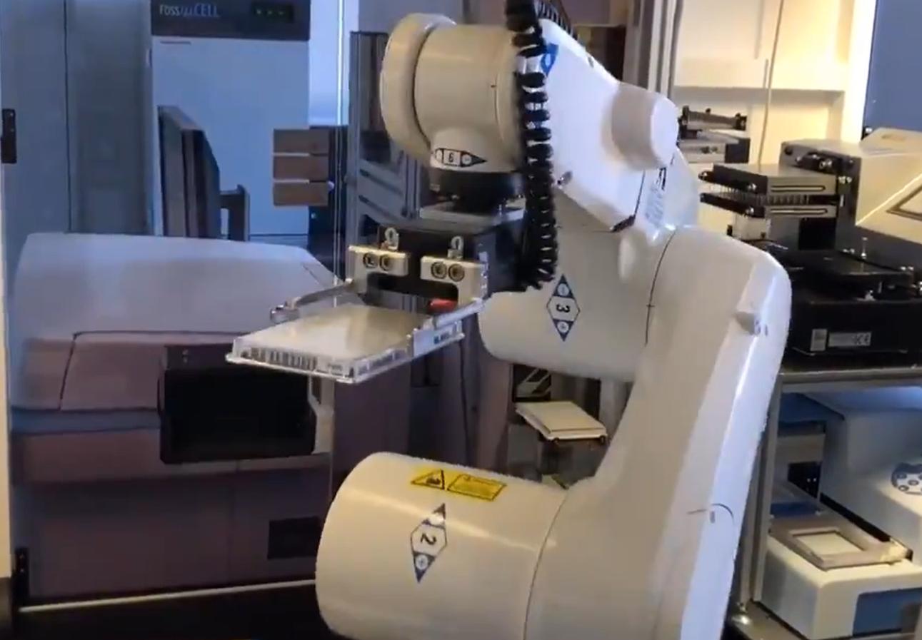 Obrázek: Test na koronavirus pro každého? Robot Akademie věd zvládne otestovat 100 000 vzorků denně