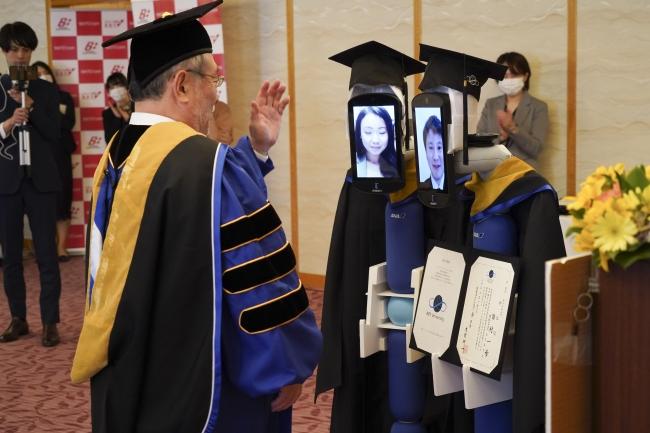 Obrázek: Místo absolventů roboti. Japonská univerzita udělala promoci na dálku