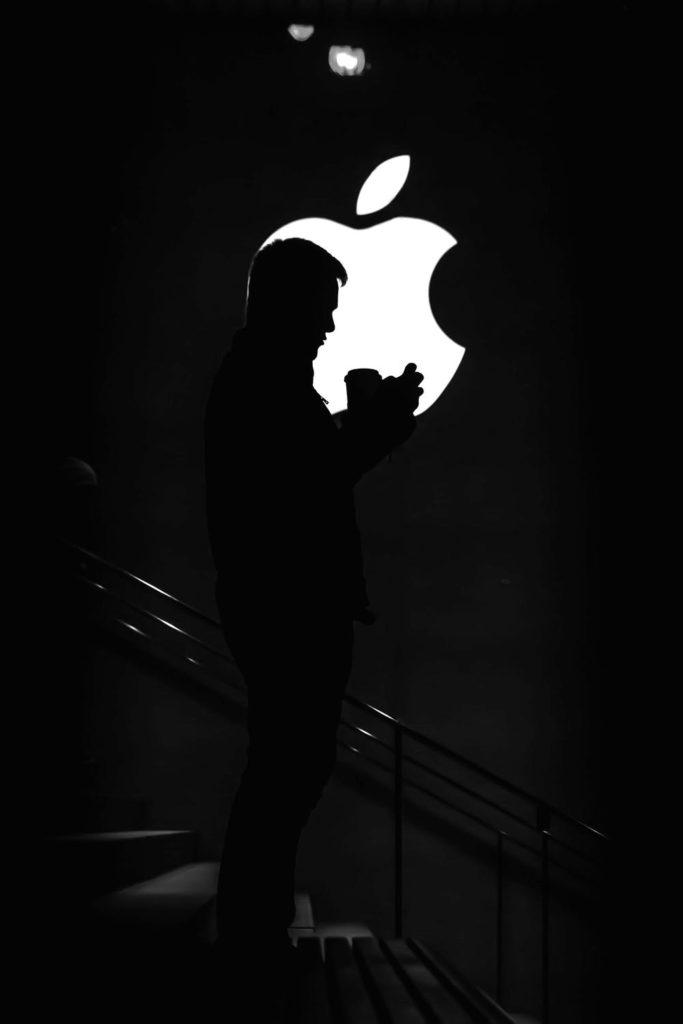 Obrázek: Všichni proti Applu. Jablko má problém, EU zahájilo antimonopolní řízení a do firmy se opřel i Microsoft