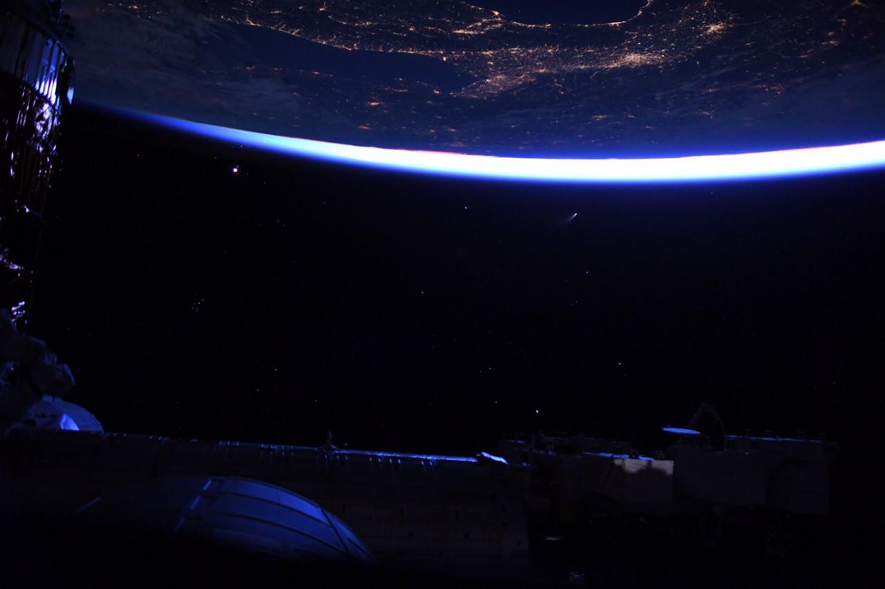 Obrázek: Kometu NEOWISE můžete vidět pouhým okem: Astronaut vytvořil nádherné snímky