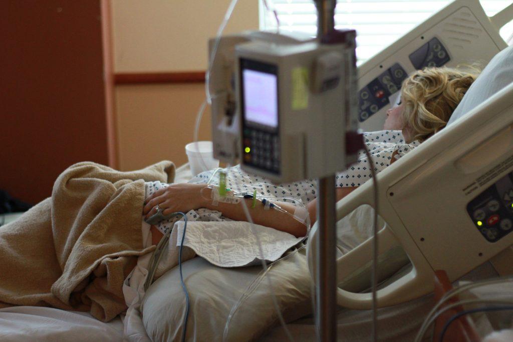 Obrázek: První přímá oběť kybernetického útoku na nemocnici? Žena v Německu zemřela při převozu do vzdálenější nemocnice