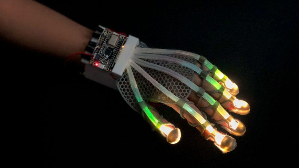Obrázek: Reálnější doteky ve VR: Pružná rukavice může vylepšit zážitek ze hraní