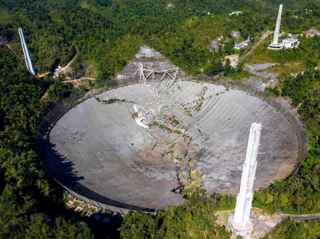 Obrázek: Unikátní video z dronu zachytilo zřícení obřího radioteleskopu Arecibo