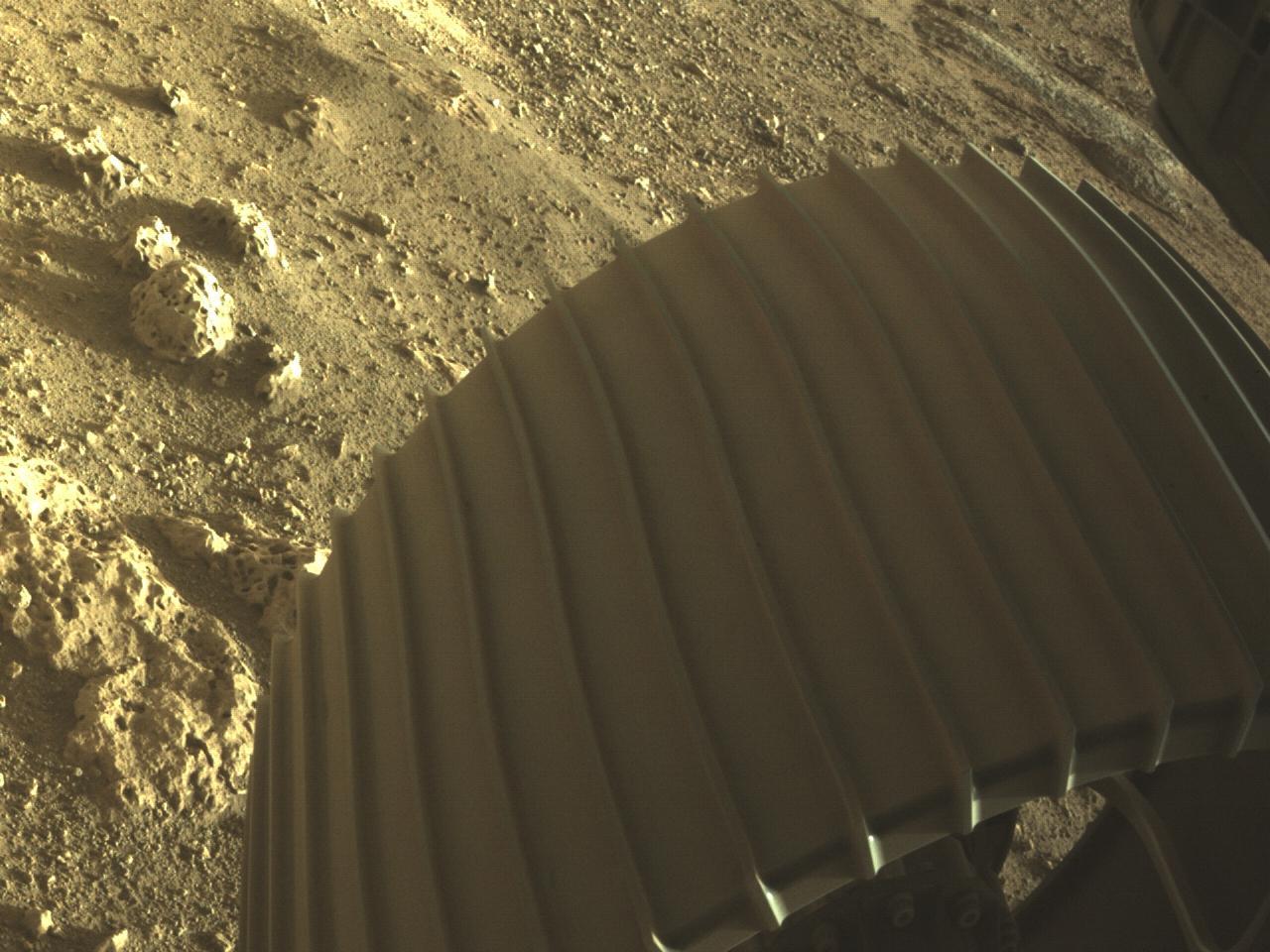 Obrázek: NASA zveřejnila přes 4 500 nových fotografií z Marsu: Začíná pátrání po životě