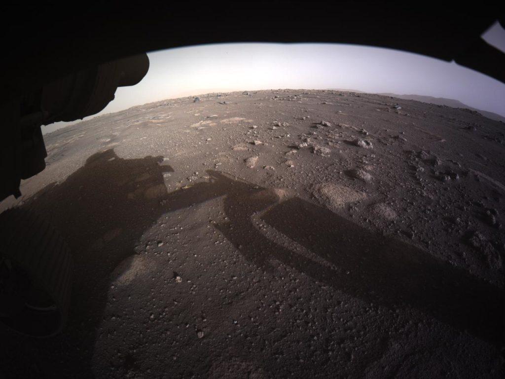 Obrázek: Perseverance komunikuje: Rover zaslal první barevné fotografie z Marsu