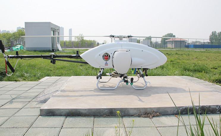 Obrázek: Rychlejší než traktor: Helikoptéra bez pilota sama postřikuje pole