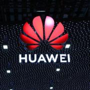 Obrázek: Huawei těží ze stovek patentů a zveřejňuje svůj whitepaper: Za co značce platí Apple či Samsung?
