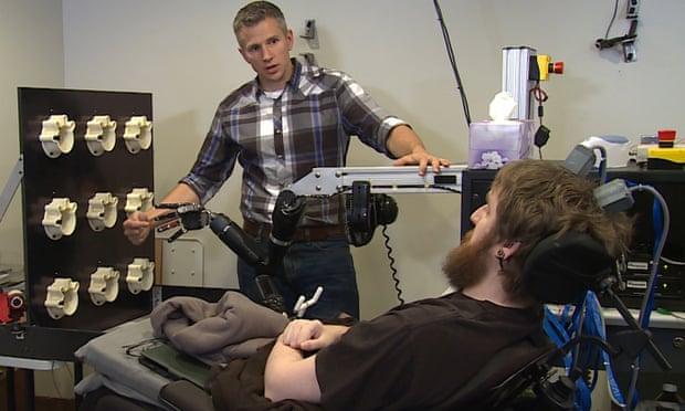 Obrázek: Návrat citu do ruky: Paralyzovaným pacientům dávají naději pokroky vBCI čipech